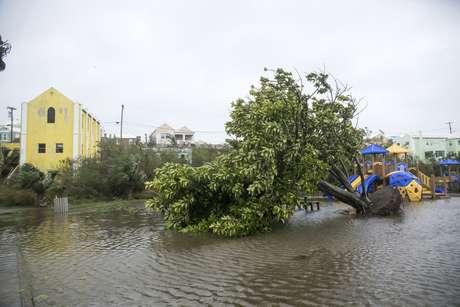 Huracán Nicole golpea las Bermudas y causa cortes de electricidad