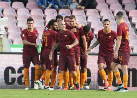 Jogadores comemoram o segundo gol de Dzeko na partida (Foto: Carlo Hermann / AFP)