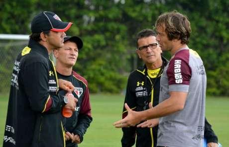 Ricardo Gomes conversa com Lugano, que pode ganhar uma chance (Foto: Érico Leonan/saopaulofc.net)