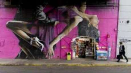 Homem caminha em rua do bairro de Palermo, em Buenos Aires