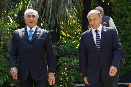 O presidente Michel Temer  ao lado de Vladimir Putin, da Rússia