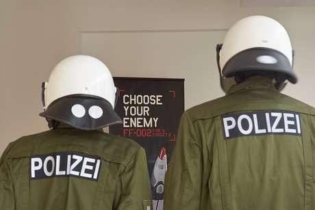 Policía corrije que agente herido por neonazi