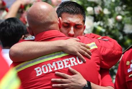 Ejecutivo dicta ley que favorece a bomberos dándoles seguro y protección