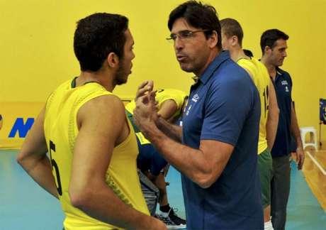 Técnico Giovane Gávio orienta jogadores (foto:Marcelo Cortes/Inovafoto/CBV)