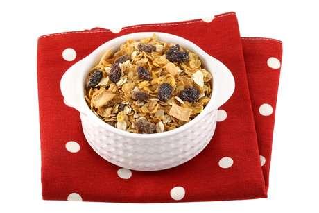 Inclua no seu café da manhã cereais secos (especialmente farelo de aveia, germen de trigo, linhaça, quinoa, gergelin), vegetais crus, frutas e carnes fibrosas