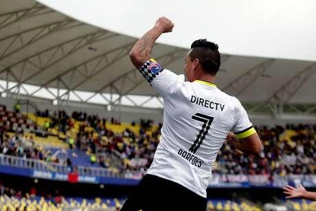 Esteban Paredes renovará con Colo Colo por un año más