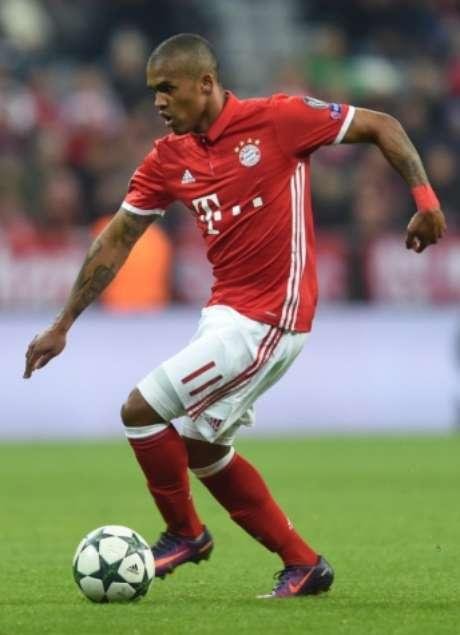 Olho nele, Tite! Douglas Costa foi muito bem neste sábado, contra o Mönchengladbach (CHRISTOF STACHE / AFP)