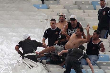 'Torcedores' corintianos brigam com policiais antes de a bola rolar no Maracanã