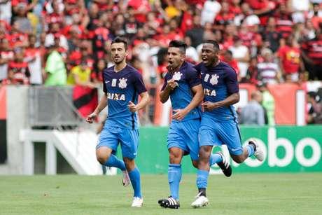 Guilherme, atacante do Corinthians, comemora o gol que abriu o placar no Maracanã