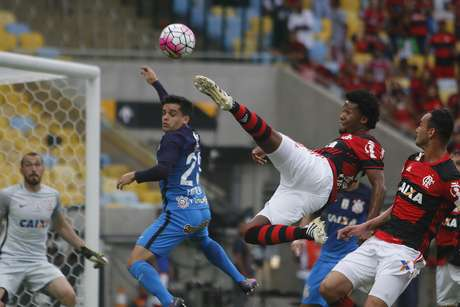 Rafael Vaz, zagueiro do Flamengo, salta para tentar uma finalização contra o gol do Corinthians