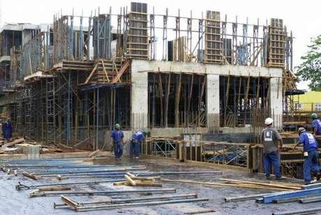 O segundo indicador, da construção civil, retraiu 2,3% pelo quarto mês consecutivo frente ao período anterior