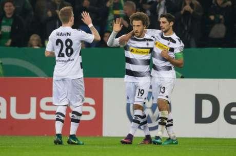 Jogadores comemoram um dos gols do Gladbach contra o Stuttgart (Foto: Divulgação)