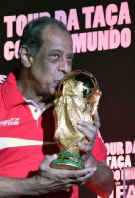 Em 2014, Carlos Alberto Torres repetiu o mítico beijo na taça da Copa. Capita morreu em outubro de 2016