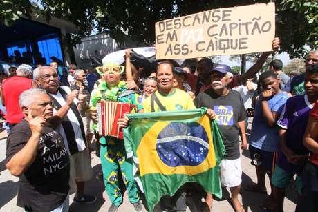 Dezenas de torcedores acompanharam o velório e o enterro de Carlos Alberto Torres, no Rio de Janeiro