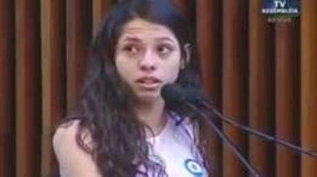 Ana Júlia fala na tribuna da Assembleia Legislativa do Paraná