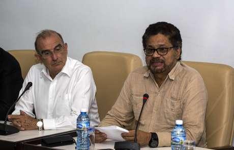 Santos pide a negociadores de paz con las FARC regresar a Colombia
