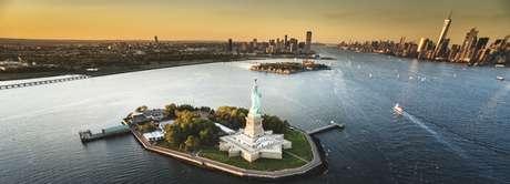 La Estatua de la Libertas se encuentra en la isla de la Libertad al sur de la isla de Manhattan.