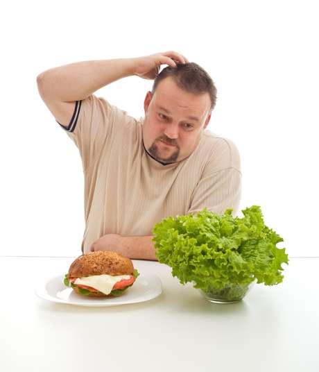 Hábitos diários como comer depressa e sem mastigar direito os alimentos e manter uma dieta rica em carboidrato, proteína e gordura também são fatores a serem levados em conta quando o assunto é mau hálito e obesidade