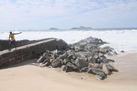 Ressaca do mar na Orla do Leblon, Zona Sul do Rio de Janeiro, RJ