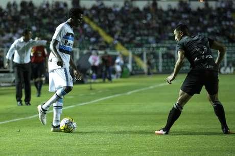 Negueba (E), jogador do Grêmio, e Marquinhos Pedroso, do Figueirense disputam lance