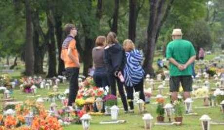 Levar flores aos cemitérios é um costume do Dia de Finados