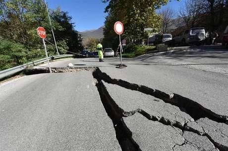 Terremoto provocou rachaduras no asfalto em uma estrada de Norcia, na região central da Itália