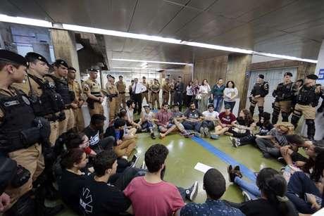 Estudantes desocupam o Núcleo Regional de Educação (NRE), em Curitiba