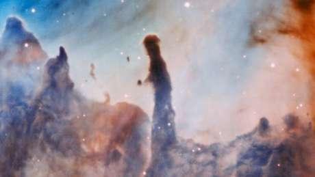 Região R44, na nebulosa de Carina. Após ser formada, estrela maciça começa a destruir a nuvem em que nasceu