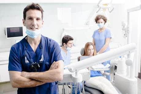 O tratamento envolve ressecção cirúrgica, radioterapia e por vezes quimioterapia e precisa contar com uma equipe médica composta por dentistas, médicos, fonoaudiólogos, fisioterapeutas, nutricionistas, entre outros