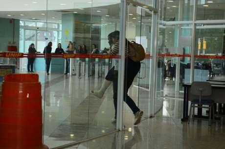 Alunos chegam a escola em São Paulo para fazer a prova do Enem neste sábado