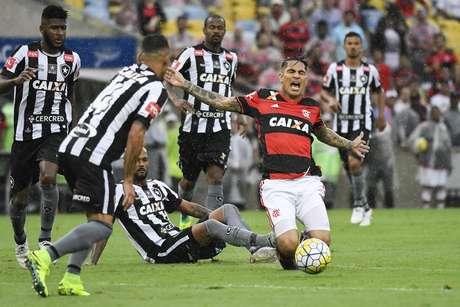 Sob forte chuva, Flamengo e Botafogo fizeram um jogo bastante 'pegado'