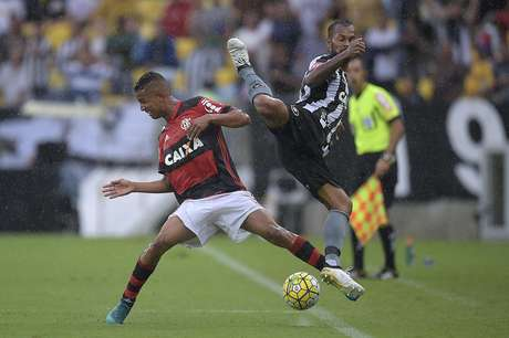 Sobrou malabarismo, mas faltou bola na rede no clássico carioca