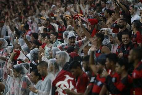 A torcida do Flamengo, ainda acreditando no título, foi ao Maracanã e não desanimou mesmo debaixo de muita chuva