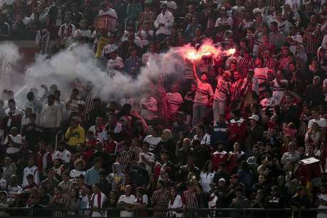 Torcida do São Paulo acendeu sinalizadores e provocou a interrupção da partida por duas vezes