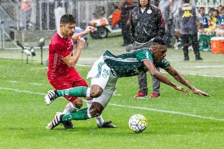 Chuva deixou partida lenta em alguns momentos, o que produziu lance de muita disputa pela bola no Allianz Parque