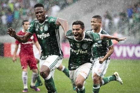 Cleiton Xavier comemora com Mina e Gabriel Jesus o gol que marcou e deu a vitória ao Palmeiras sobre o Inter, no Allianz Parque
