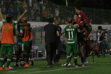 Jogadores do Chapecoense comemoram o gol de Kempes