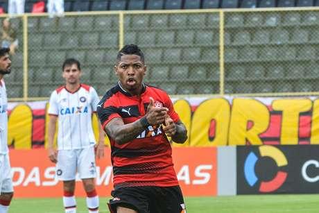 Marinho foi o nome do jogo para o Vitória com dois gols marcados