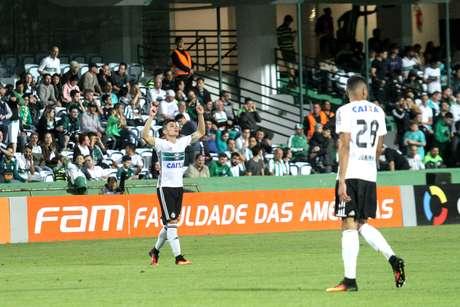 Raphael Veiga comemora o gol que marcou pelo Coritiba na vitória sobre o Atlético-MG, no Couto Pereira