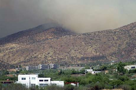 Bomberos en alerta por riesgo de propagación de incendio forestal en Colina