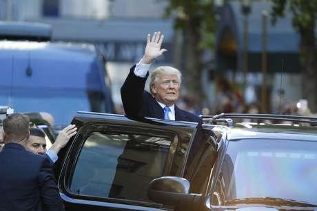Trump acena para eleitores na chegada para votação