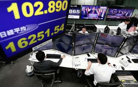Controladores da bolsa de valores acompanham os números durante pronunciamento de vitória de Trump
