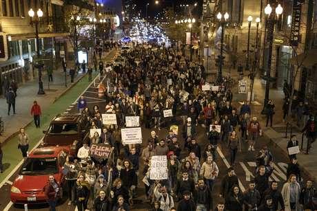 Milhares de manifestantes protestaram contra a eleição de Donald Trump em Chicago