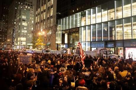 Milhares de manifestantes protestaram contra a eleição de Donald Trump em Nova York em frente à Trump Tower