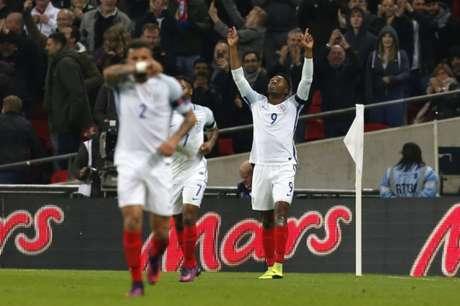 Sturridge abre o placar e agradeceu aos céus em Wembley (Ian Kington / AFP)