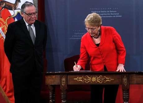 Bachelet promulga la ley que tipifica el delito de tortura