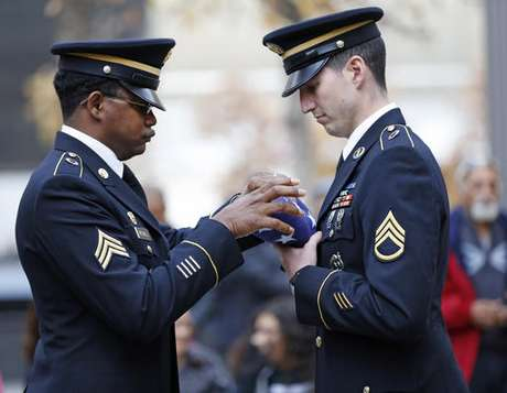Obama pone a los veteranos como ejemplo para EU