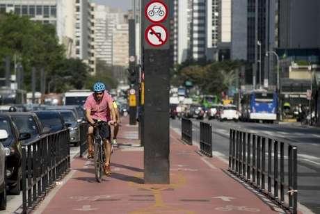 Com 2,7 quilômetros de extensão e ligação com 11 outras ciclovias, a ciclovia da Avenida Paulista permite que o ciclista percorra vias exclusivas da Zona Oeste até a Zona Sul da cidade ()
