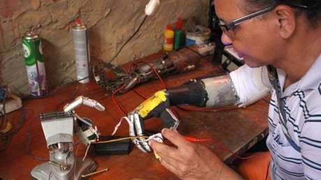 Próteses feitas por José Arivelton Ribeiro surgiram numa oficina de fundo de quintal em Fortaleza