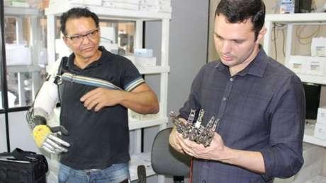 Especialista em próteses se disse impressionado ao conhecer próteses feitas por Ari